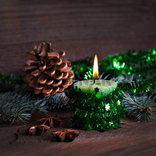 grüne Kerze mit Deko