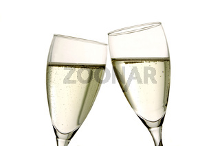 zwei Gläser Sekt auf weißem Hintergrund
