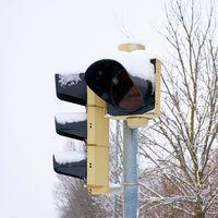 Verkehrsampel an einer Straßenkreuzung im Winter