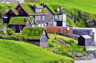 Grabedeckte Häuser im Ortsteil Leynar auf den Färöer Inseln
