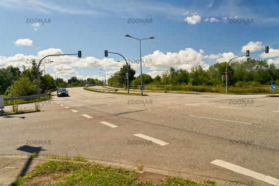 Straßenkreuzung mit Ampelanlage in Stadt am Tag
