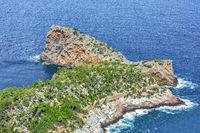 Das Felsloch Sa Foradada bei Deia im Westen von Mallorca