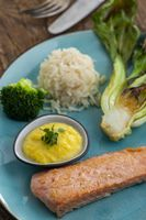 gegrillter Lachs mit Brokkoli und Reis