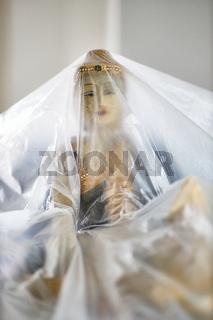 Eine Statue wird während einer Renovierung durch Folie geschützt. Göttinnenstatue, Renovierung, Malerarbeiten, Folie,