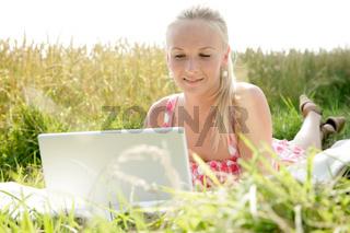 blonde Frau mit Laptop