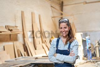Zufriedene Handwerker Frau als Schreiner Lehrling
