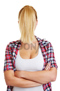 Blonde Frau mit Pferdeschwanz vor dem Gesicht