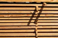 Balken und Planken aus Holz als Stapel zur Lagerung
