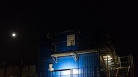 Das geschlossene Fenster in einem blauen container