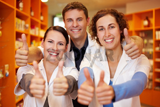 Apotheker-Team hält Daumen hoch