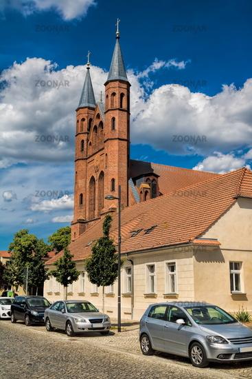 kyritz, deutschland - 03.06.2020 - strasse in der altstadt mit st. marien