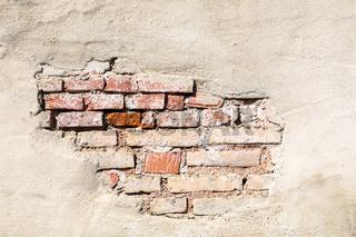 Alte Mauer mit abgebroeckeltem Putz