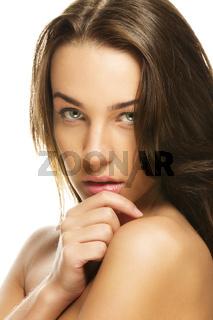 portrait einer schönen frau die ihre hand an ihr kinn hält