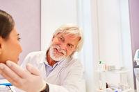 Hautarzt und Patientin bei einer Untersuchung