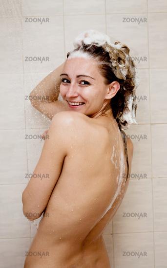 Dusche der frau unter Strand Frau