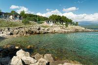 Bucht mit Badestelle nahe der Stadt Krk in Kroatien