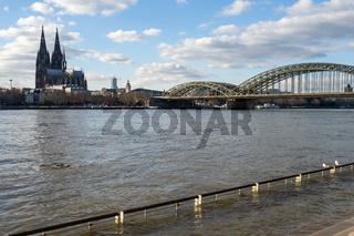 Hochwasser auf dem Rhein mit Kölner Dom und Hohenzollernbrücke - Köln