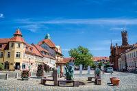 kyritz, deutschland - 03.06.2020 - marktplatz mit brunnen und rathaus