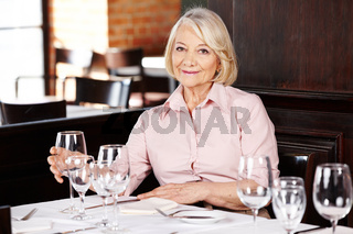 Seniorin am Tisch im Restaurant