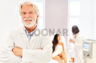 Selbstbewusster Facharzt für plastische Chirurgie