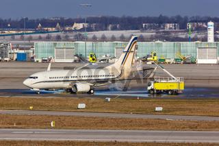 Gainjet Ireland Boeing 737-700(BBJ) Flugzeug Enteisung enteisen De-Icing Flughafen Stuttgart in Deutschland