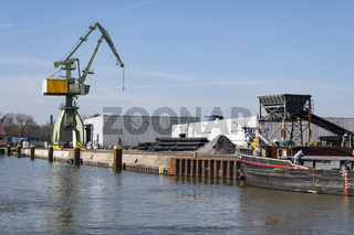 Kran und Frachtschiff im Stadthafen am Datteln-Hamm-Kanal, Lunen, Ruhrgebiet, Nordrhein-Westfalen,