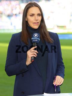 TV Sport Moderatorin Esther Sedlaczek  DFB 3.Liga Fussball Saison 2021-22  MDCC Arena in Magdeburg