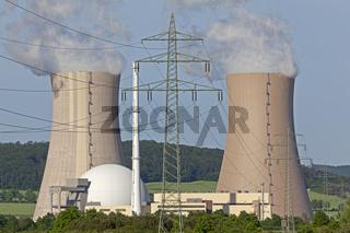 Qualmender Kühlturm mit Strommasten