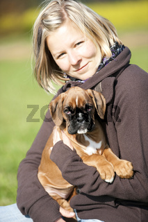 Frau mit Boxer Welpe