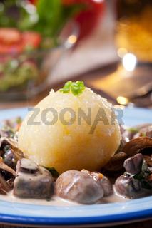 Kartoffelknödel mit bayerischer Pilzsauce