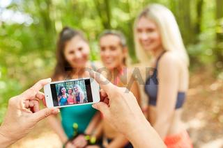 Hände halten Smartphone beim Foto machen
