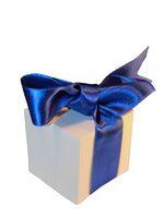 Geschenk mit blauer Schleife freigestellt