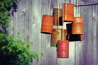 Vogelscheuche aus Blechdosen