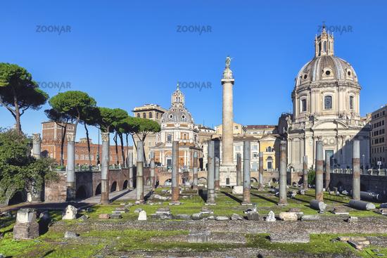 Römische Ehrensäule und Trajansforum mit der Kirche Santa Maria di Loreto in Rom und der KIrche Santissimo Nome di Maria al Foro Traiano