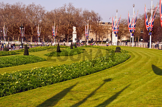 The gardens on the Mall adjacent to Buckingham Palace