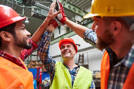 Handwerker und Arbeiter bei der High Five Begrüßung