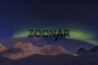 Nordlicht (Aurora borealis) ueber monderhellten Bergen im Tal Stuor Reaiddavaggi, Kebnekaisefjaell, Lappland