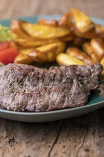 gegrilltes Steaks mit Pommes frites