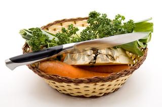 Suppengemüse mit Messer