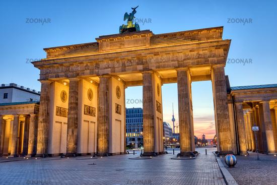 Das Brandenburger Tor mit dem Fernsehturm vor Sonnenaufgang