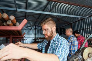 Lagerist oder Handwerker kontrolliert Material im Lager