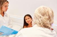 Patientin bei der Untersuchung durch Hautarzt