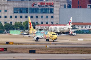 China Eastern Airlines Boeing 737-800 Flugzeug Flughafen Shanghai Hongqiao Duffy and Friends Sonderbemalung