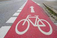 Radweg mit roter Markierung in Landsberg am Lech