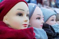 Wochenmarkt, Auslage Kopf mit Mütze und Schal