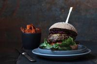 vegetarischer Burger mit Pilzpatty und roten  geschmorten Balsamicozwiebeln