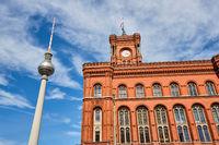 Der berühmte Fernsehturm und das Rathaus von Berlin