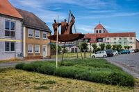wusterhausen, deutschland - 03.06.2020 - kleiner platz mit skulptur