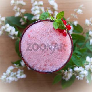 kalter Drink mit frischen Beeren