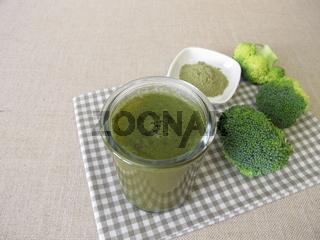 Grüner Smoothie mit Brokkoli